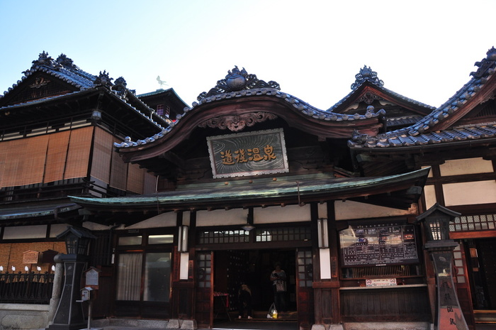 「おれはここへ来てから、毎日住田の温泉へ行くことに極(き)めている。ほかの所は何を見ても東京の足元にも及ばないが温泉丈だけは立派なものだ。」 そう坊っちゃんも褒める「住田の温泉」とは、道後温泉のこと。道後温泉本館が完成した翌年の明治28(1895)年に松山に赴任した漱石は、知人にあてた手紙の中でも絶賛するほど道後温泉がお気に入りで、「坊っちゃん」さながら足繁く通っていたそうです。