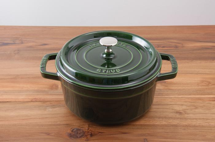 煮る・蒸す・焼くなど、様々な調理に使えるオーソドックスなラウンドタイプは、デザイン製も機能性もバッチリで大人気。STAUBデビューを考えている方におすすめです。