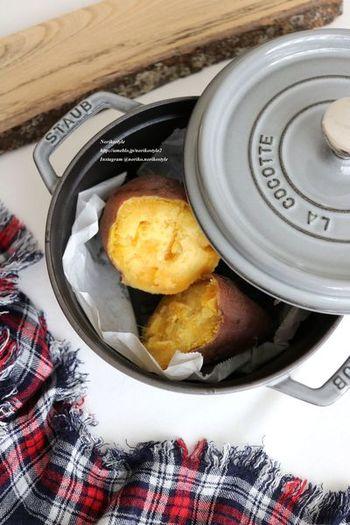STAUBを使って作る焼き芋は、少しの水で思い立ったら手軽に作れて◎。さつまいもの大きさに合わせて加熱時間を加減することがポイントです。