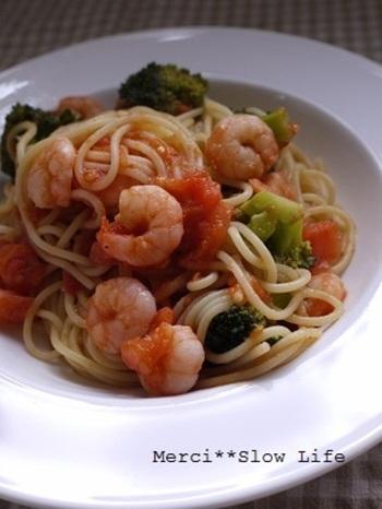 プリップリのエビの旨味がトマトソースに染み込み、ブロッコリーの艶やかな緑がお皿をぐっと引き締めてくれる、みんな大好きなトマトパスタ。大皿に盛って、粉チーズとパセリをたっぷりかければおもてなしにもぴったりの一品になりますよ。