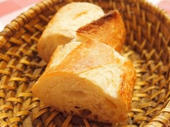 パンはお変わり自由ですが、おいしいからと食べ過ぎるとさらにボリューミーな主菜に驚かれるかも!
