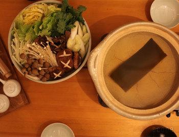 白菜にプラスしてお鍋に欠かせない食材の春菊もこの時期が旬!春菊の持つ独自の香りは、胃腸の働きを助けてくれる成分があり、ゆでるだけでなく生でも美味しくいただくことができるんですよ。この時期だからこそできる贅沢ないただき方です。