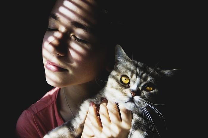 実は目の疲れも、内部の筋肉のコリが原因になっていることが多いと言われています。目のストレッチは場所を選ばずできるので、入浴中などにもぴったり。ずーんと重い感じが軽減されるはずです。
