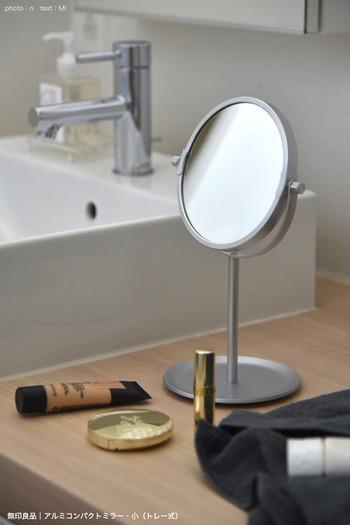 メイクや洗顔ついでにアクセサリーを着けたり外したりするなら洗面所も便利です。 トレイ付きのミラーなら、小さなピアスの仮置き場にも◎