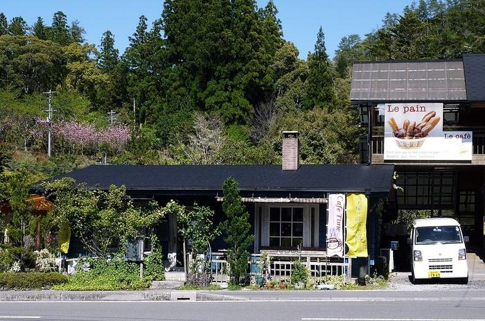 フランス語で「わが家」と云う意味の「シェ・ムワ(chez-moi) 」は、セラピーロードの入り口にある、隠れ家的な一軒家のパン屋さんです。  店内には喫茶スペースの他に、オープンテラスもあり、お天気のいい日は周囲の美しい自然を楽しみながら、ゆったりとした時間を過ごせます。