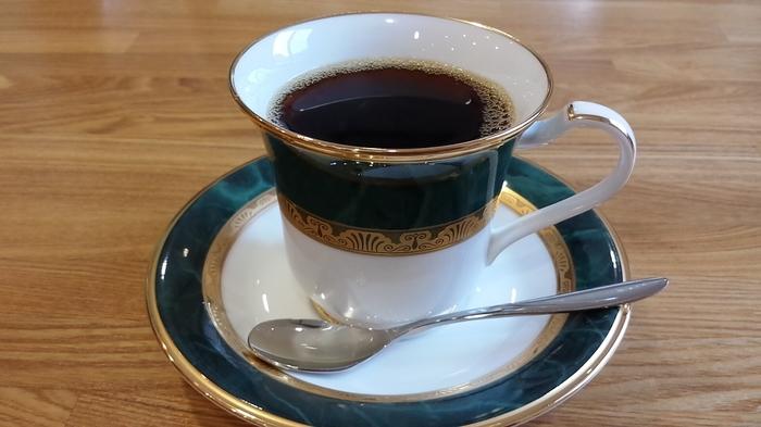 コーヒーは20種類ほどありますが、マスターに要望を伝えれば、それにあったものをおすすめしてくれますよ。  世界各国から生豆を仕入れて焙煎し、丁寧に淹れられるコーヒーは、格別の味です。