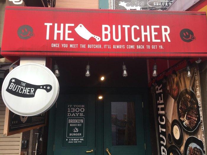 なんば駅からすぐのお肉とハンバーガーがおいしいお店「ザ・ブッチャー」。こちらもアメリカンテイストあふれるお店です。