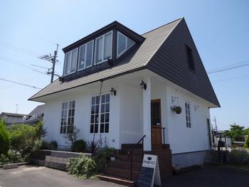 三角の屋根がかわいいカフェ「merci (メルシー)」。ソファ席もあり、ゆったりとくつろげます。