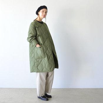ワイドパンツにオーバーシルエットのコートを羽織った、ふんわりとかわいらしいコーデ。レザーシューズを合わせることで、足元からきちんと感を演出。