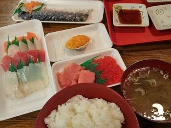 八戸市営魚菜小売市場内のお店でお刺身やお惣菜を買い、「朝めし処魚菜」でご飯と汁物を別オーダーすれば、贅沢な朝ごはんが完成します。全国的に有名な八戸のサバも味わいたいですね。