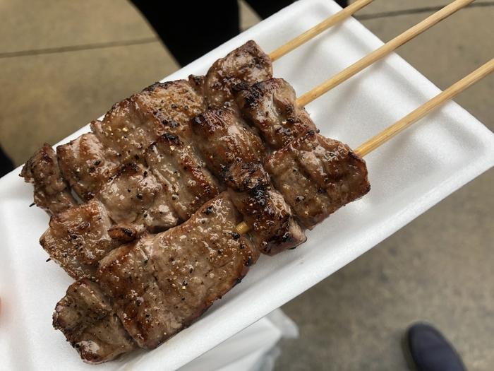 「宮川朝市」で販売される名物の飛騨牛を手軽に味わえる「飛騨牛串」や「飛騨牛肉まん」、飛騨ねぎを使った「たこ焼き」などがいただけます。