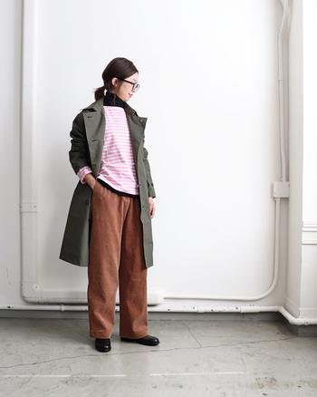 メンズライクなカーキのアウターは、パンツや革靴を合わせてハンサムに。あえてピンクボーダーのトップスを合わせることでほのかな可愛らしさをプラス。