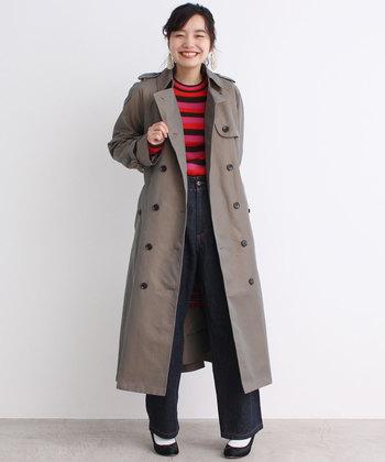 スッキリと着られるシルエットのトレンチコートはとことんシンプルに着こなすのもおすすめ。赤ボーダー×デニムというカジュアルコーデも、トレンチを羽織るだけでスタイリッシュになりますね。