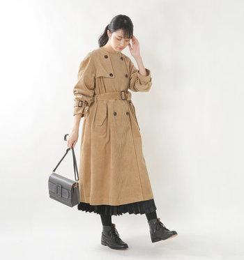 こちらは季節感たっぷりのコーデュロイ素材を、トレンチコートに仕立てた一枚。ノーカラーのコートは、ボタンやベルトを全て留めて、ワンピースのように全身をスタイリングするのも素敵です。