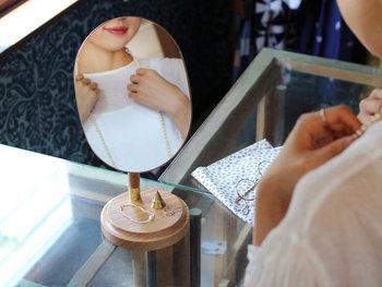 毎日当たり前のように覗く「鏡」ですが、シンプルすぎるデザインでは何となく気分があがらないもの。  そこで今回は、デザイン性の高い鏡をピックアップしてみました。ぜひヘアメイクや身だしなみの時間を、素敵な鏡で心躍る時間にランクアップさせてみてください。