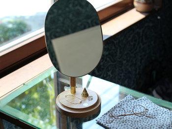 木製の台座に据えられた楕円形の鏡は、ちょっぴりレトロな雰囲気を思わせるアイテム。180度回転可能なので、自由に好みの角度に調整することができます。シンプルだからこそ、飽きの来ないクラシカルなミラーです。