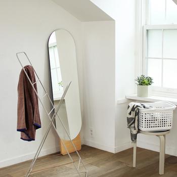 壁に立てかけて使う全身鏡は、インテリアの邪魔にならないシンプルでスタンダードなデザインを。丸みを帯びた楕円形と木目調のスタンドが、どんな空間にもナチュラルに馴染んでくれます。