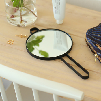 黒をベースにしたシンプルな手鏡は、持ち歩いたりサニタリールームで使ったりと様々なシーンで活躍するアイテム。丸いフックが付いているので、壁にハンギングして使用することも可能です。