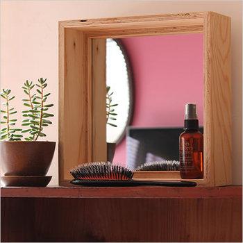 建築現場で使われている、構造用合板を使用して作られた、ちょっぴり変わった鏡。木製でシンプルなスクエア型のミラーは、置く場所を選ばず日常にそっと溶け込んでくれます。