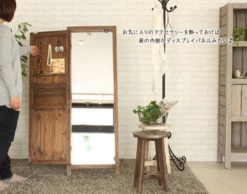 アンティーク調の木目ドアが、実は全身鏡になっているというユニークなアイテム。開いたドアにはフックやトレイがセットされているので、アクセサリーなどを収納できるのも嬉しいポイントです。
