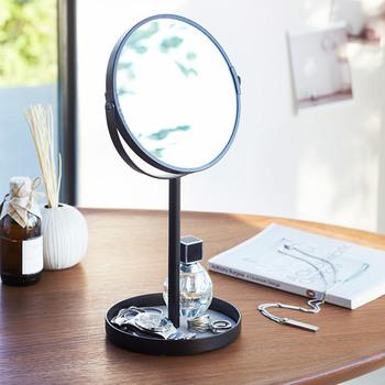 小ぶりなスタンドミラーの底に、トレイがセットされているアイテム。ピアスや指輪などを一緒に収納でき、いざアクセサリーを身につける際には拡大鏡としても活用できるのでとても便利です。デスクやテーブルに置いて、デイリーに使いたいアイテムですね。