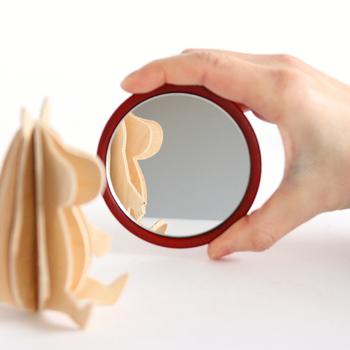 手のひらサイズのころんと丸い手鏡は、さっとヘアメイクをチェックするのにも便利なサイズ感。蒔地塗りで仕上げているシンプルで渋カッコイイデザインは、年齢を問わずに持ち歩けるので一つあればずっと長く使い続けられそうです。