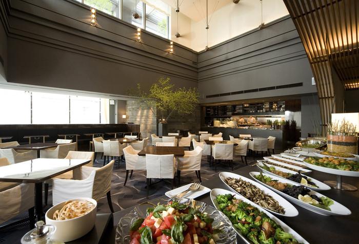 こちらも「新丸ビル」にある、30種類以上の野菜を使った前菜ビュッフェが楽しめる「AWkitchen(エーダブリュキッチン)TOKYO 新丸ビル店」。天井が高く開放的な空間でのランチは、清々しい気持ちにさせてくれます。季節によって、コリンキーや紅芯大根、ビーツなどの珍しい野菜も味わえます。
