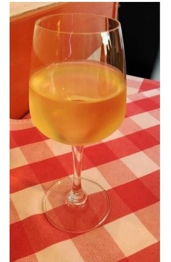 グラスワインも400-500円前後。※画像はシャルドネ、税抜き500円だったそう。
