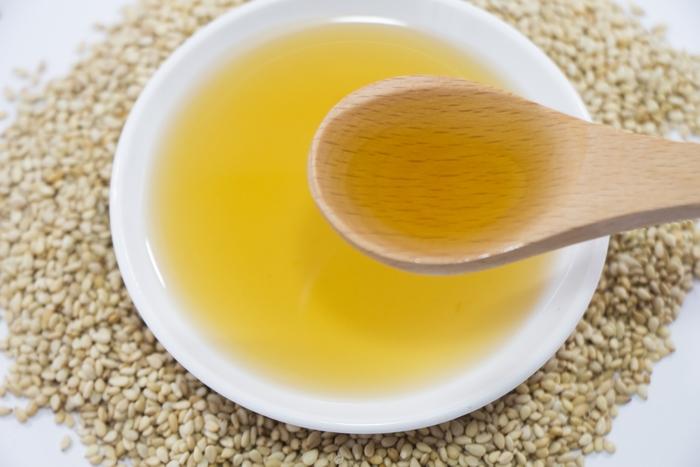 ごまを圧搾することで出来るごま油は、ビタミンやミネラルを豊富に含んでいます。よく目にする茶褐色のごま油は、ごまを焙煎してから搾った「焙煎油」。焙煎せず生のまま搾った油は、旨味は濃厚ですが無色に近く、香りも淡い「太白ごま油」と呼ばれます。ごまの香りを活かしたい場合は焙煎油を、食材の色や風味を邪魔したくない場合は太白ごま油を選ぶなど、用途に合わせて使い分けてみて下さい。