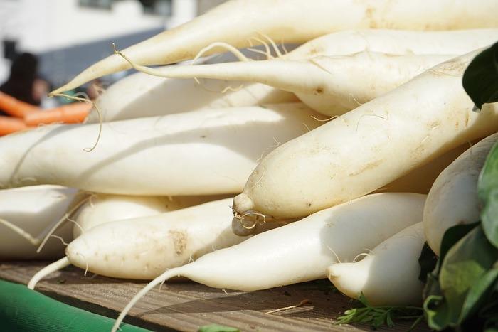 寒くなってくると、鍋や煮込み料理で活躍してくれる冬野菜の代表。コトコトと鍋にかけて出汁や煮汁をしっかり含ませた大根は、体が温まるだけじゃなく心も癒してくれますよね。  【賞味期限】 冬場:1カ月ほど 夏場:1週間ほど 日持ちするので、特売の日に多めに買っておくのも◎。(重たさだけが難点……。持ち帰れる範囲で頑張って!) 【オススメの保存方法】 水分が抜ける原因になるので、葉の部分を切り落とす。常温で保存するなら、泥は洗い流さず新聞紙で包み、日が当たらず風通しのよい場所に立てた状態にしておく。
