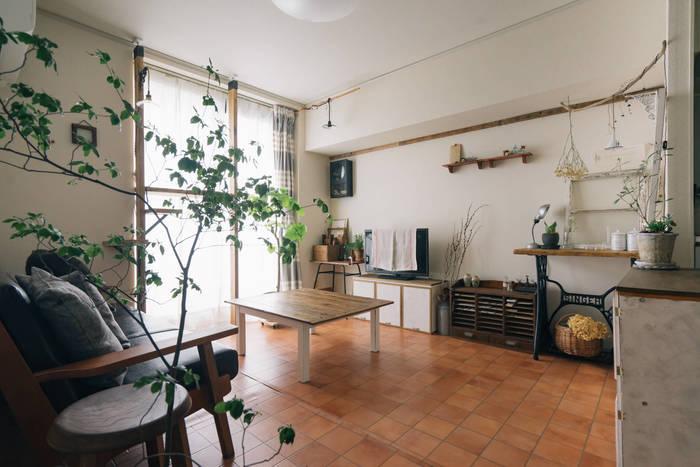 家具を必要以上に置かないという選択肢も大切です。家具が占める床面積の割合は、部屋の広さの3割程度が適量といわれています。この割合をキープすることで、動作に必要なスペースが確保でき、ストレスなく生活ができるのです。 動線となる通路は60cm~、椅子を引いて座るのには60cm~、ソファとテーブルの間は30cm~必要とされています。