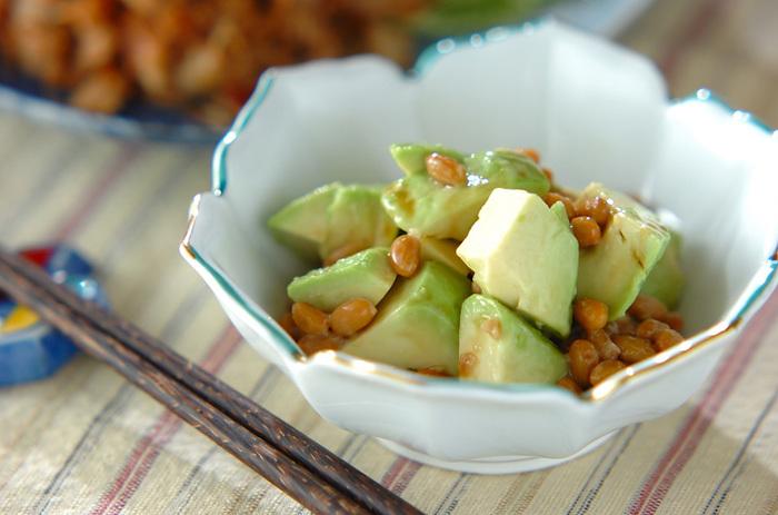 世界一栄養価の高い果物として、ギネスブックにも認定されている「アボカド」のほか、「納豆」そして「ゴマ」も心の疲れをとるお手伝いをしてくれる食材です。  混ぜるだけと手軽なので、毎日の食卓にプラスしやすいのも嬉しいですね。