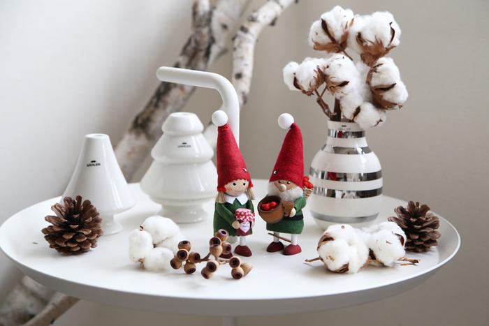 お部屋を温かい雰囲気にしてくれるコットンフラワーは、普段の生活シーンからクリスマスの飾りつけまで、様々なディスプレイに活躍してくれます。こちらはケーラー社のモダンな花瓶やキャンドルホルダー、ノルディカの可愛いサンタクロースと一緒に飾った素敵なクリスマスディスプレイです。シーズンムードを高める「白×赤×グリーン」の配色も、おしゃれなディスプレイをつくる大事なポイント*