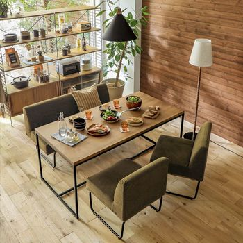 かっこよく、スマートな雰囲気があるのが塩系の魅力。  重厚感のあるオーク天板と華奢なアイアン脚がお部屋をクールな印象に。中性的な雰囲気がお好みの方におすすめです。