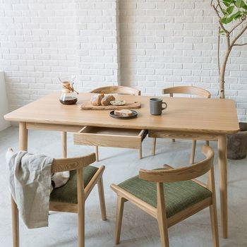 ナチュラル系のダイニングテーブルは北欧が好きな方におすすめです。さわやかで明るい雰囲気を持つのが特徴。温かく柔らかいリビングに。