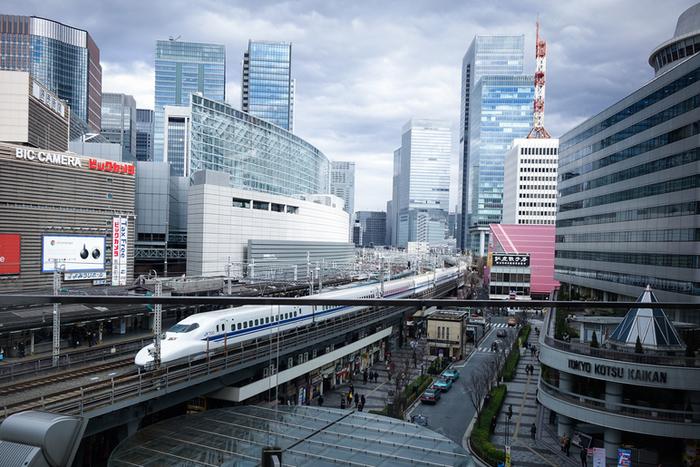 東京駅八重洲南口より徒歩約12分(有楽町駅中央口より徒歩1分)のところにある「コルティブォーノ 東京(TRATTORIA Coltibuono)」は、新幹線好きにぴったりのイタリアンレストランです。テラス席では、こんなに間近で新幹線が見れますよ。