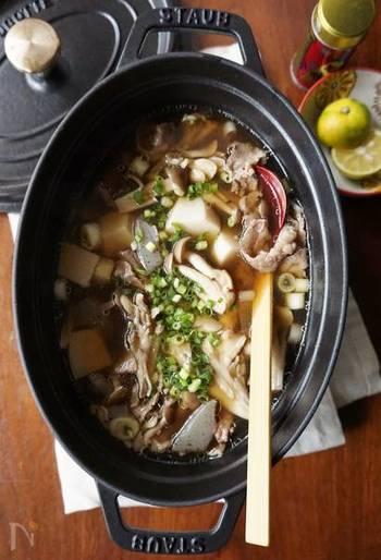 キノコと相性のいい甘辛い出汁に、里芋のねっとりとした甘さが加わって、寒い夜に食べたくなる汁物です。