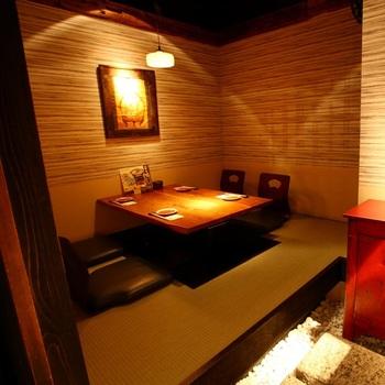 東京駅丸の内南口から徒歩2分、三菱ビル地下1階にある「かこいや 丸の内二丁目店」。掘りごたつやテーブル席などの個室が約20室もあり、小さなお子さん連れでも安心して食事が楽しめる和食のお店です。