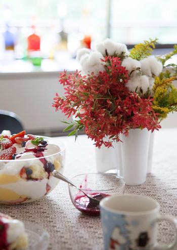 様々な植物を組み合わせたコットンフラワーのアレンジメントは、テーブルをパッと華やかに演出してくれます。こちらのようにモダンなデザインの花器に活けると、より一層豪華でおしゃれな雰囲気に。色とりどりの華やかなアレンジメントは、クリスマスやお正月など、イベントの多くなるこれからの季節にぜひおすすめですよ◎。