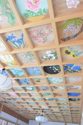 「則天の間」にある花の天井。色とりどりの、さまざまな花が描かれています。これらの花の絵は、日本を代表する書家や日本画家の方によって描かれたものです。