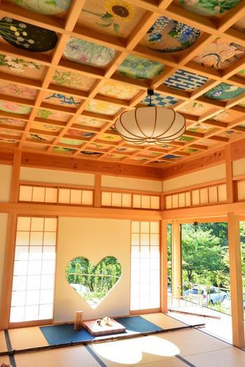 猪目(いのめ)と呼ばれる、日本古来から使われている図柄の窓。ハート型に見えますね。差し込む光もハート型で、この窓と花の天井の組み合わせがとても可愛いんです。