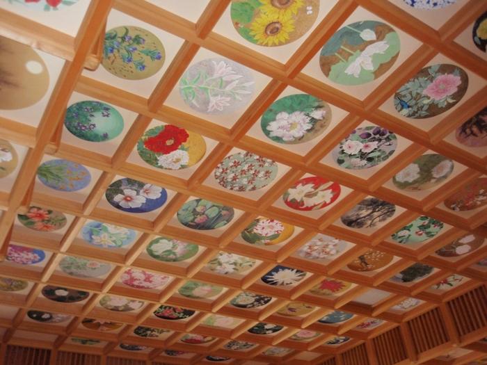 春と秋の年に2回、聖倉殿(宝物殿・収蔵庫)の特別公開で花の天井を見ることができます。