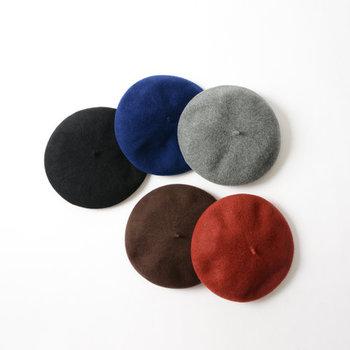 シンプルな着こなしも可愛らしい印象に変えてくれるベレー帽。ショートヘアにすっきりかぶるのも素敵です。毎年1色ずつ、お気に入りのカラーを仲間入りさせたくなりますね。