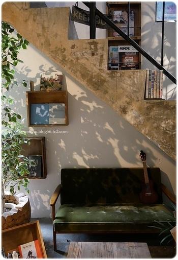 2階に通じる階段下にはソファが!ニッチなスペースで、好きなだけ読書に浸れそう。