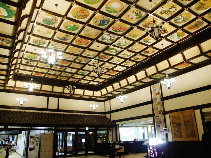 高い天井の一面に広がる花卉図は圧巻の一言。北海道ゆかりの日本画家の手によって描かれています。洋館の中に取り入れられた和の雰囲気が見事です。
