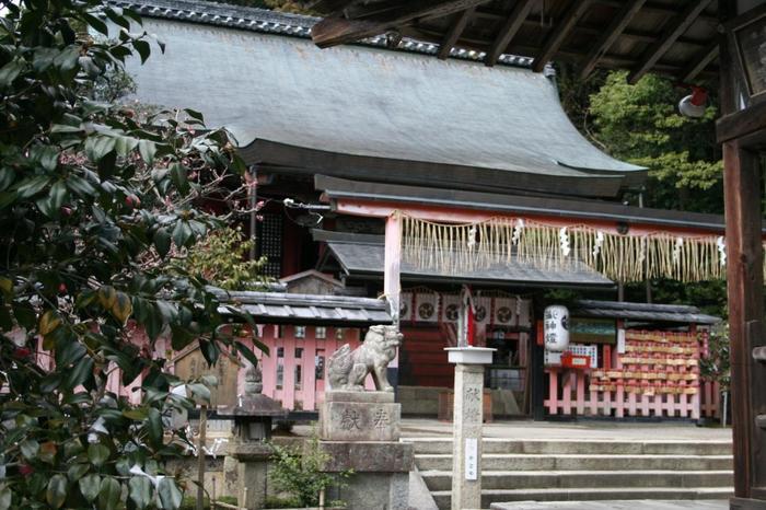 京都市右京区にある平岡八幡宮。市バス・JRバス平岡八幡前が最寄です。平安初期に弘法大師が設立し、足利義満により神殿が再建されました。