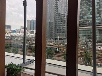 東京駅丸の内南口より徒歩5分、東京ビルTOKIA3階にある、窓から新幹線が見えるビュッフェレストラン。