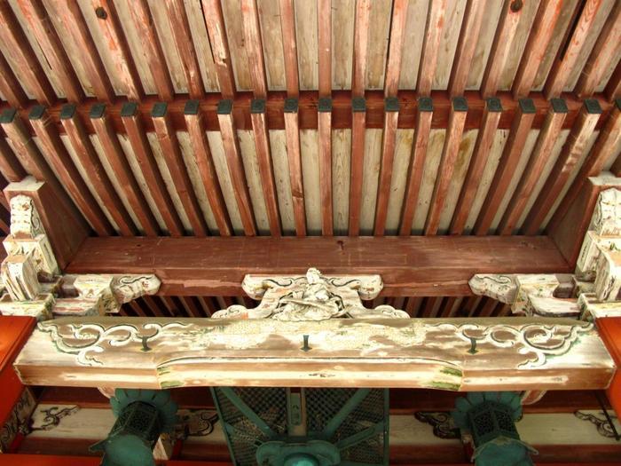 天井に描かれた 44面の『花卉図(かきず)』は、本殿の入口であるこの中にあります。足利義満は花を愛したことから、神殿が再建された頃から花卉図があったと伝えられています。現在は春と秋の2回、公開されます。