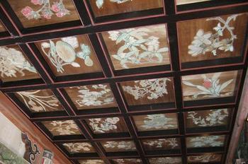 江戸時代末期に、画工・綾戸鐘次郎藤原之信により描かれた極彩色の花の天井。現在は撮影不可となっていますので、ご自身の目で実物を見てみてください。