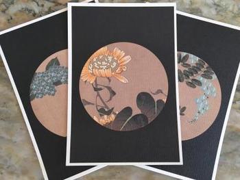 絵師・伊藤若冲によって天井に描かれた167枚の花卉図は、牡丹や梅、菊といった日本人に馴染みのある花や、ハイビスカスやサボテンなども描かれており、若冲最晩年の傑作と言われています。不定期公開ですが、近くの美術館でポストカードなどグッズが購入できます。